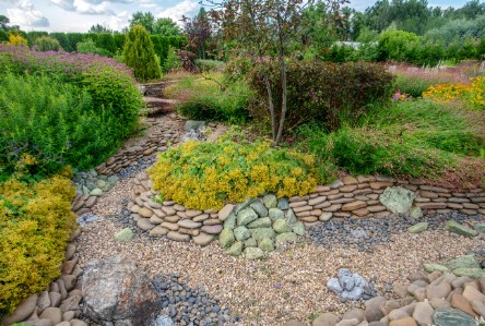 2. This design marries softscape and hardscape in an intricate